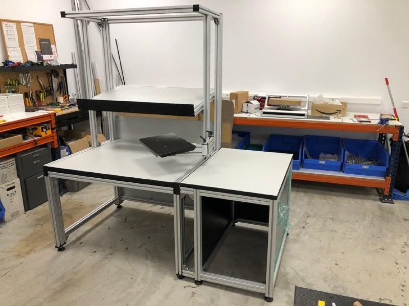 Mesa de trabajo para Fermax realizada con perfiles estructurales de aluminio
