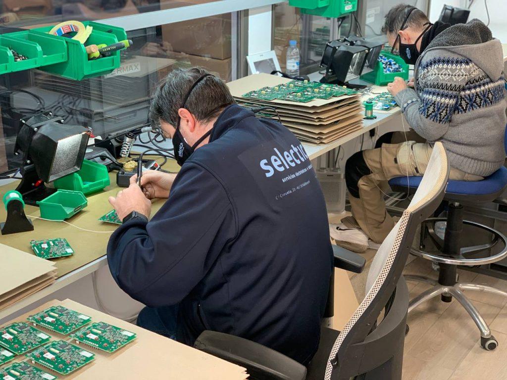 Operarios soldando SMD en Valencia